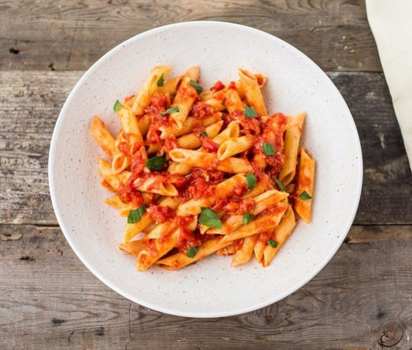 Penne pasta, fresh tomatoes and spicy marinara sauce. Includes garlic bread.